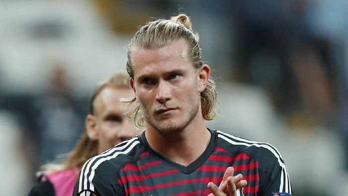 Soccer Football - Europa League - Group Stage - Group I - Besiktas v Sarpsborg 08 FF - Vodafone Arena, Istanbul, Turkey - September 20, 2018  Besiktas Loris Karius applauds the fans at the end of the match   REUTERS/Osman Orsal