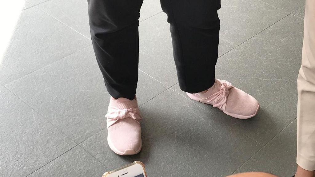 Foto: Sepatu Kets Pink Menlu Retno yang Dipakai Sambut Tamu Negara