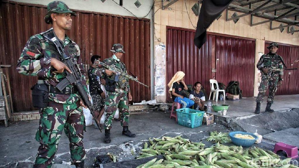 TNI Bersenjata Jaga Pasar Manonda Palu