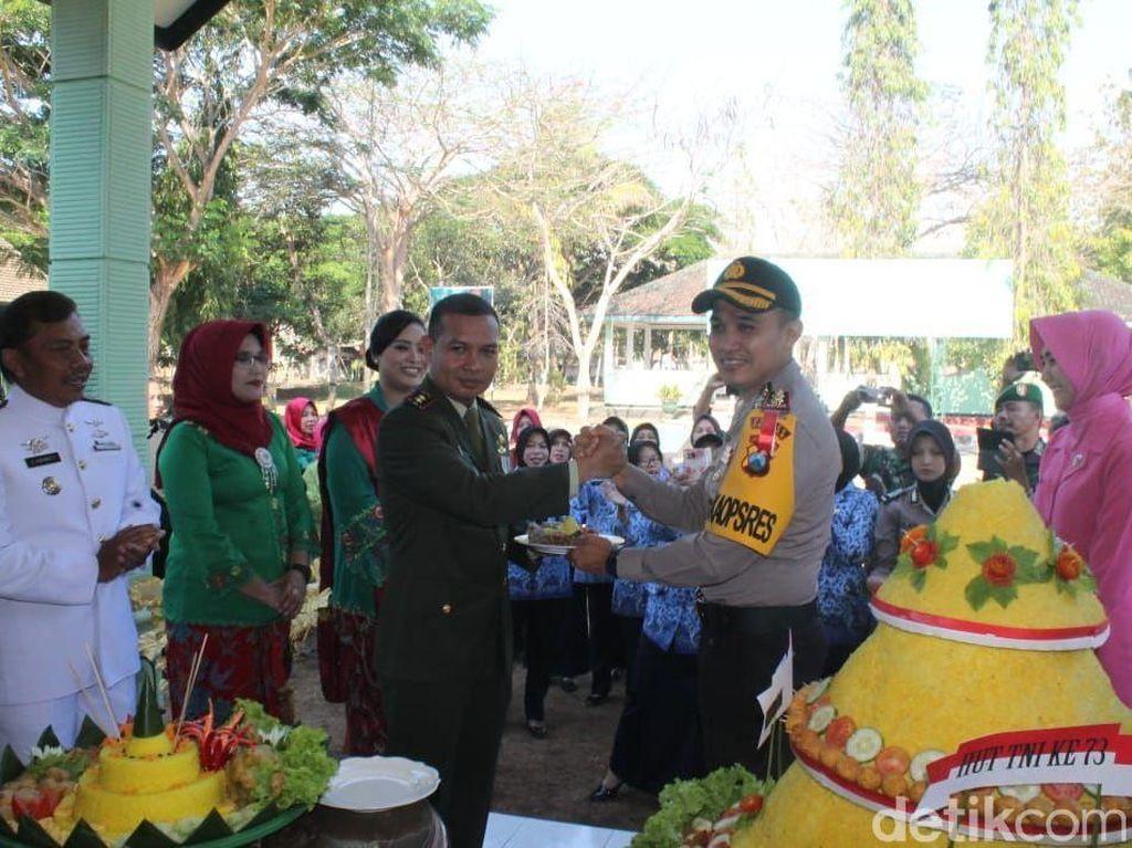 HUT TNI, Kapolres Pacitan Beri Hadiah Ini