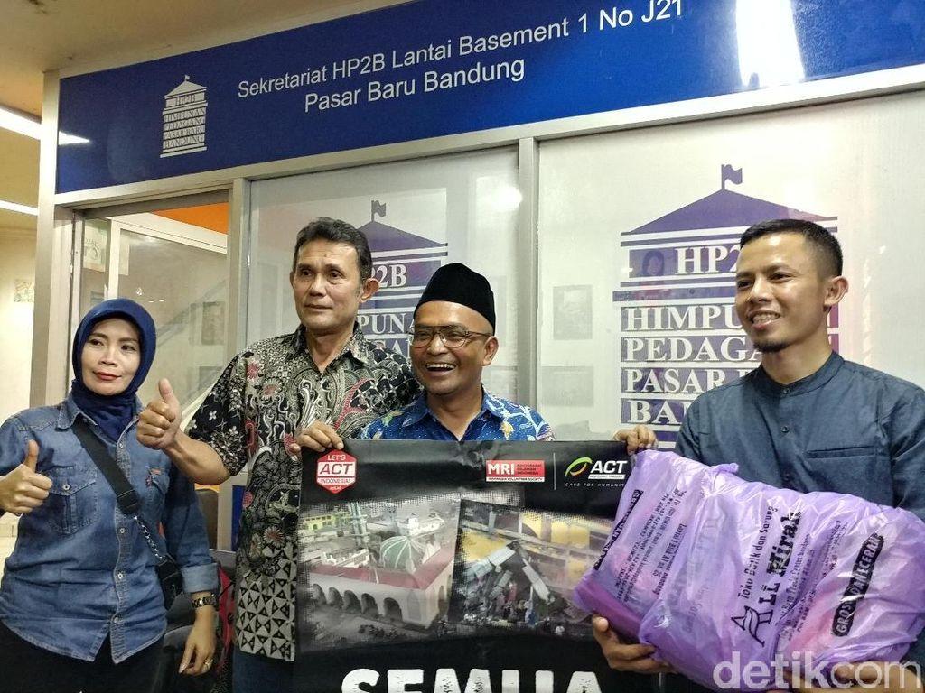 Peduli Sulteng, Pedagang di Bandung Sumbang Baju dan Kerudung