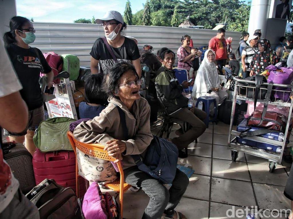 Wajah-wajah Menanti Kepastian di Bandara Palu