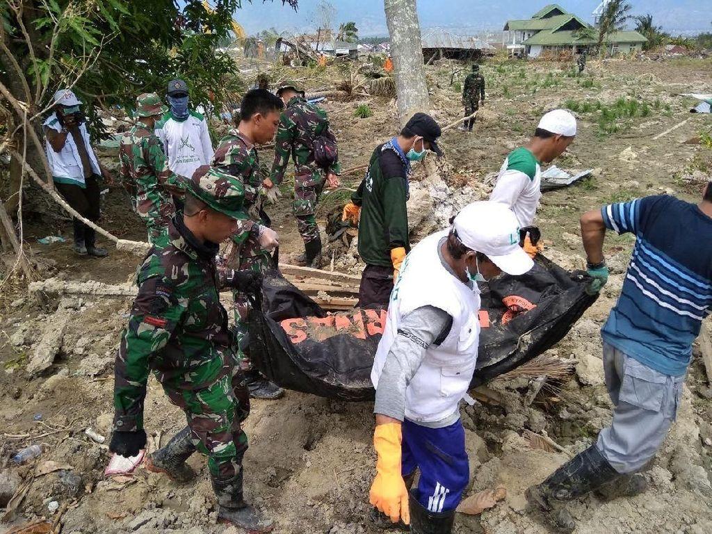 TNI Evakuasi 8 Jenazah Tertimpa Reruntuhan Hotel Roa Roa di Palu