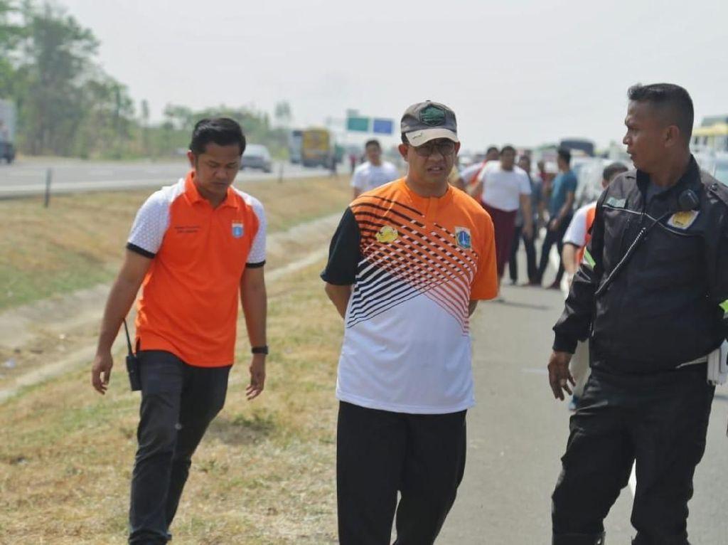 Saat Anies Turun Mobil Bantu Korban Kecelakaan di Tol Cipali