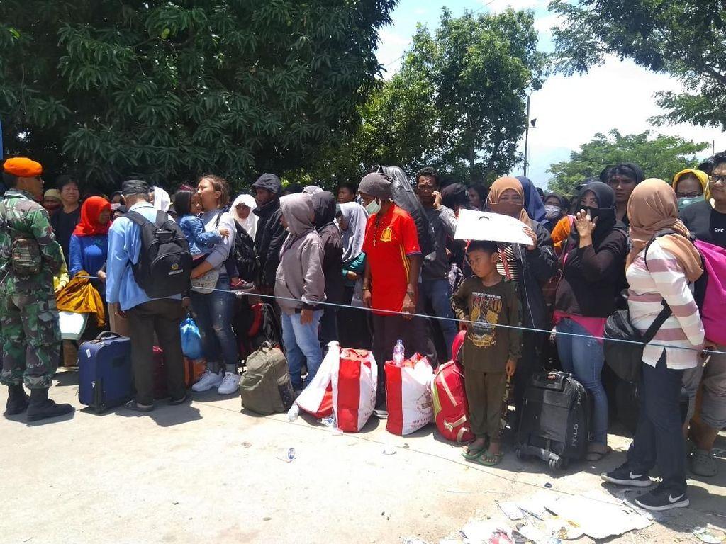 Ribuan Orang Masih Padati Bandara Mutiara Palu