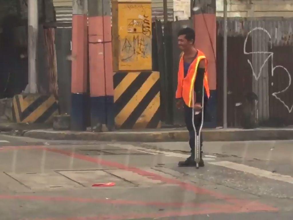 Netizen Luluh, Pria Disabilitas Ini Bantu Arahkan Lalu Lintas yang Sibuk