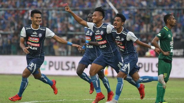 Nur Hardianto bawa Arema unggul 1-0 atas Persebaya Surabaya.