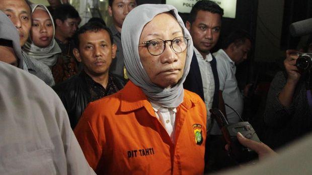 Ratna Sarumpaet memakai rompi tahanan usai menjalani pemeriksaan sebagai tersangka di Dirkrimum Polda Metrojaya, Jakarta, Jumat (5/10).