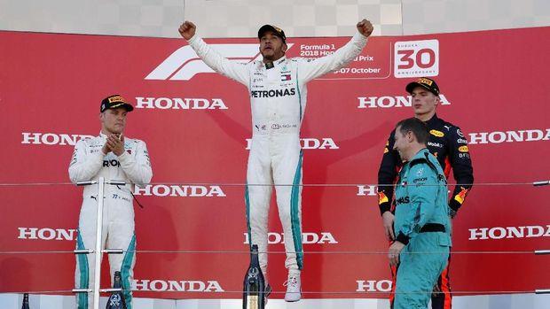 Lewis Hamilton merayakan kemenangan di GP Jepang.