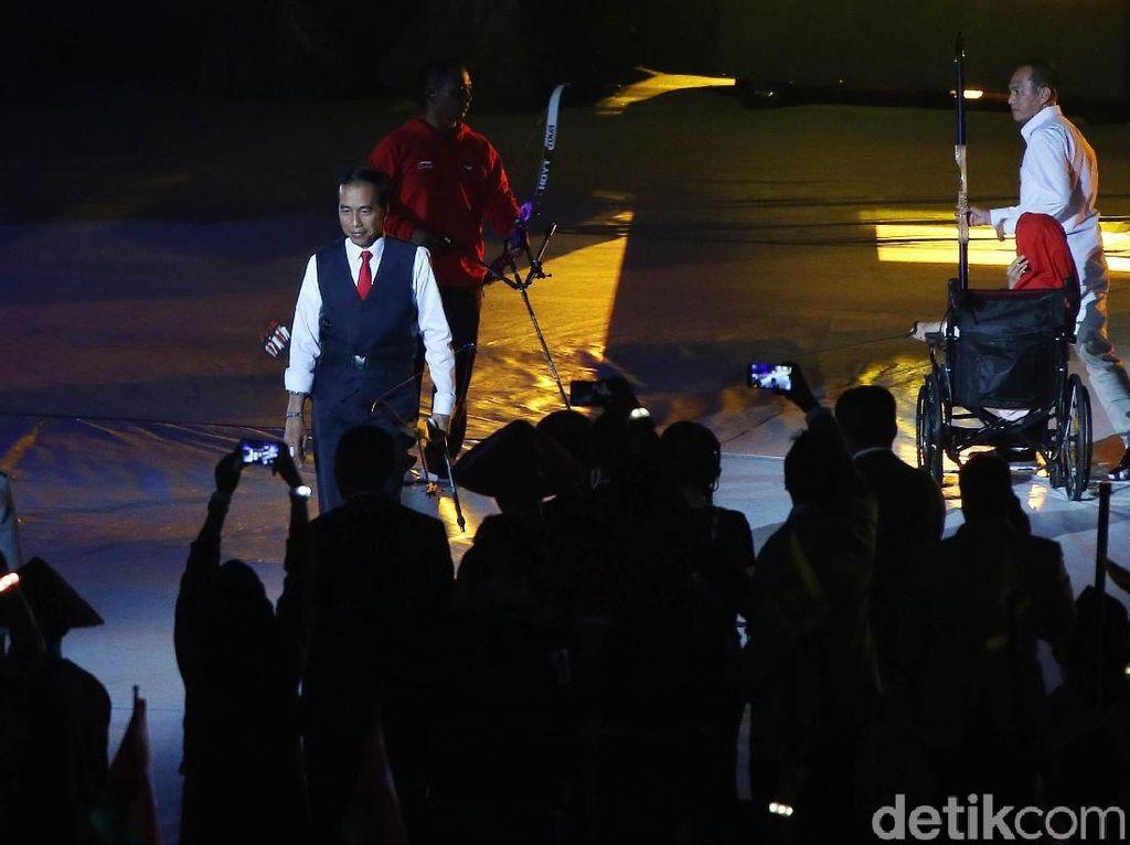 Jokowi Pamer Aksi Memanah di Pembukaan Asian Para Games 2018