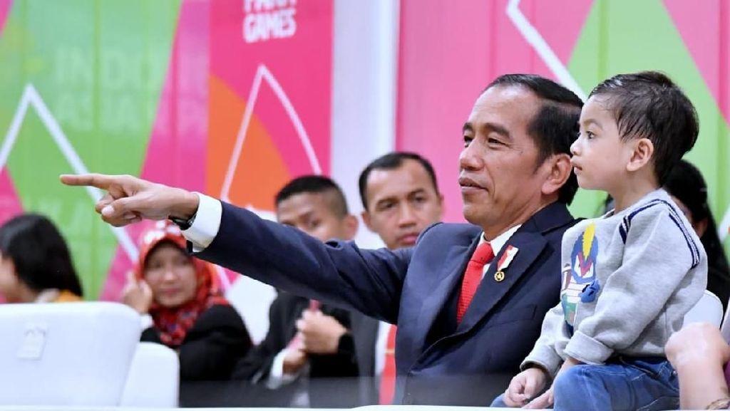 Tingkah Gemas Jan Ethes Temani Jokowi di Opening Asian Para Games