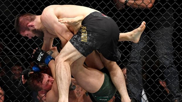 Khabib Nurmagomedov unggul atas Conor McGregor dalam pertarungan bawah.