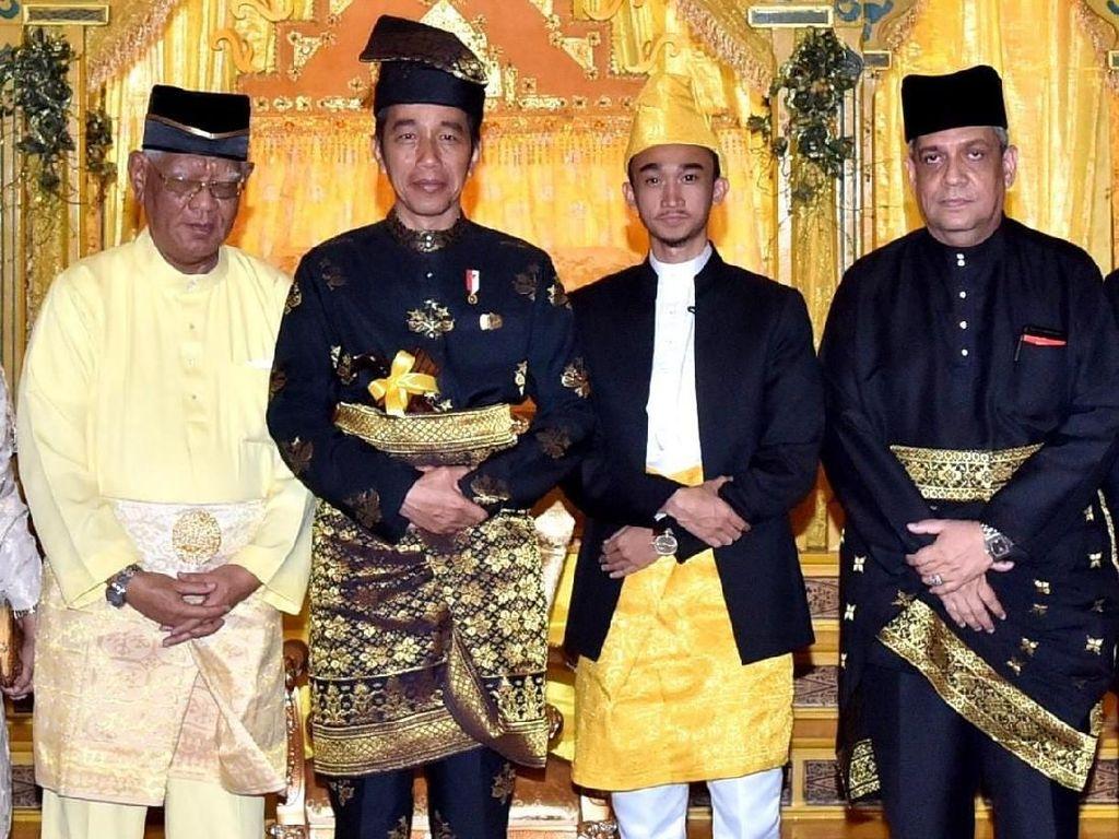 Momen Jokowi Dianugerahi Gelar Bangsawan Tertinggi Kesultanan Deli