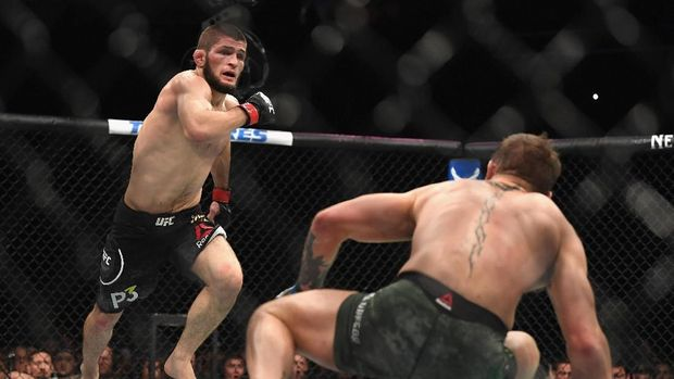 Khabib berhasil mengalahkan McGregor lewat kuncian leher di 2018.