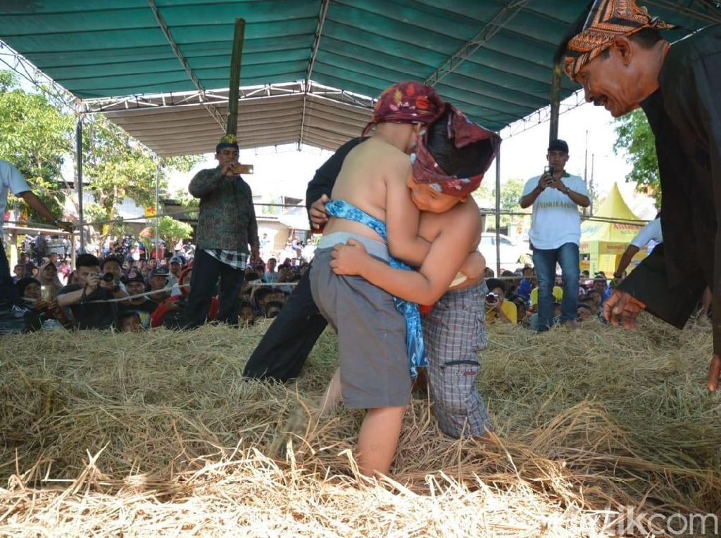 Potret Gulat Okol yang Jadi Olahraga Tradisional di Surabaya