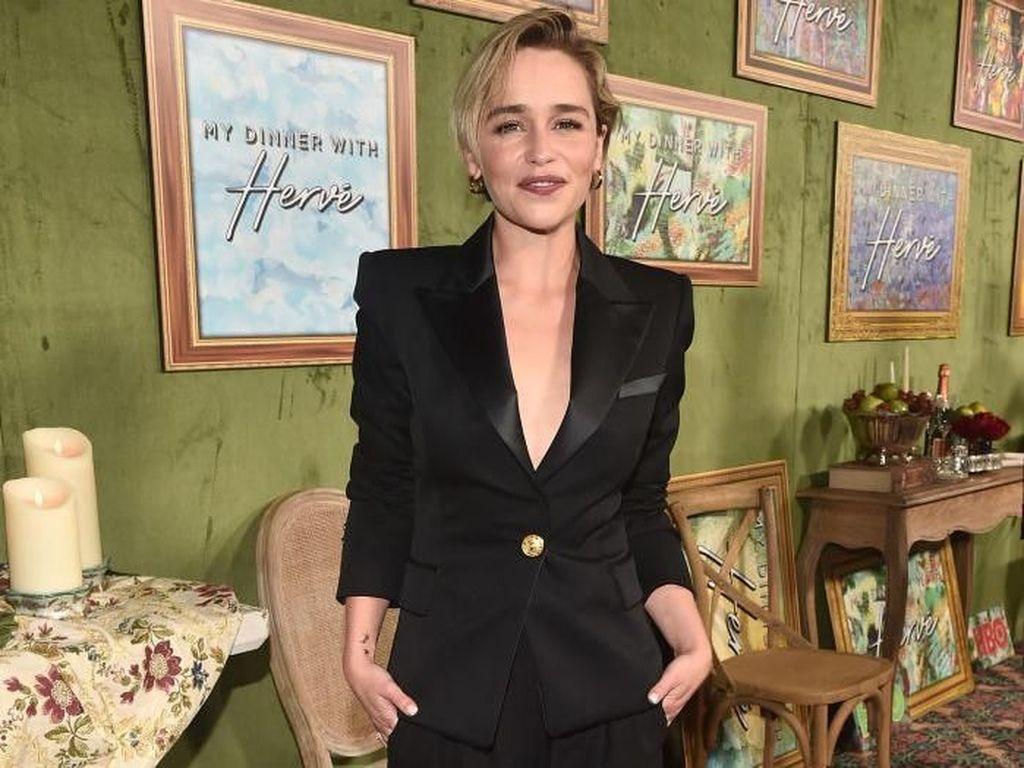 Foto: Gaya Seksi Emilia Clarke, Berjas Maskulin Tanpa Dalaman