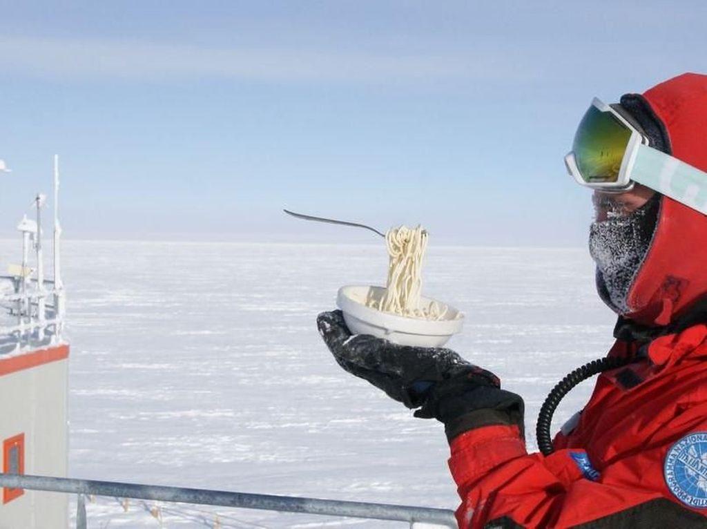 Begini Jadinya Jika Makan Pasta dan Goreng Telur Dilakukan di Antartika