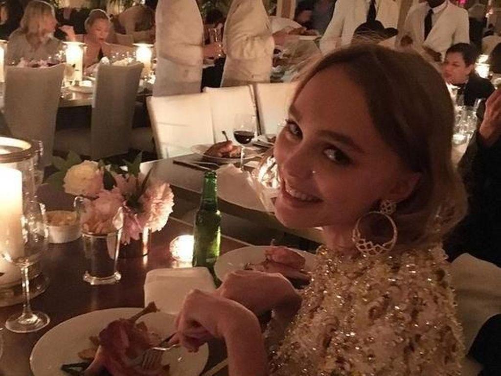 Manisnya Putri Johnny Depp, Lily-Rose Depp Saat Masak dan Kulineran