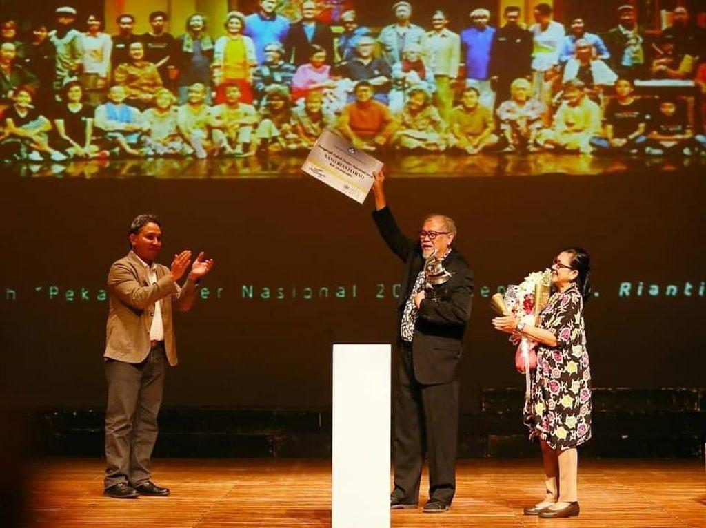 Nano Riantiarno Raih Anugerah Pekan Teater Nasional 2018