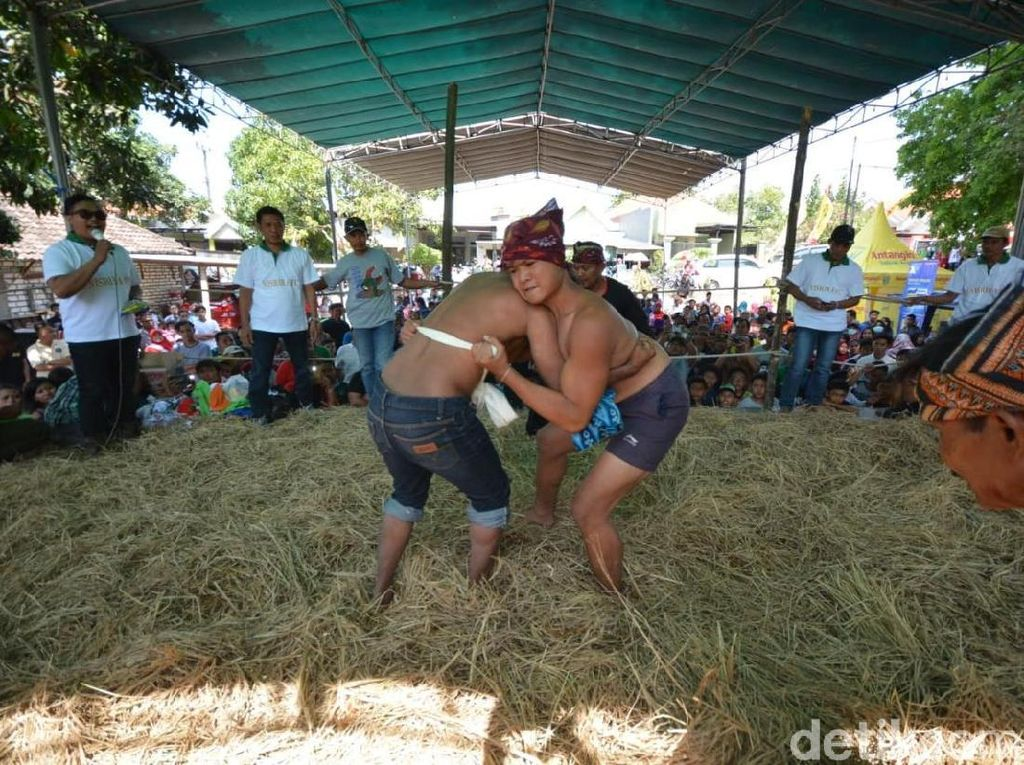 Gulat Okol, Olahraga Tradisional Pererat Persahabatan di Surabaya