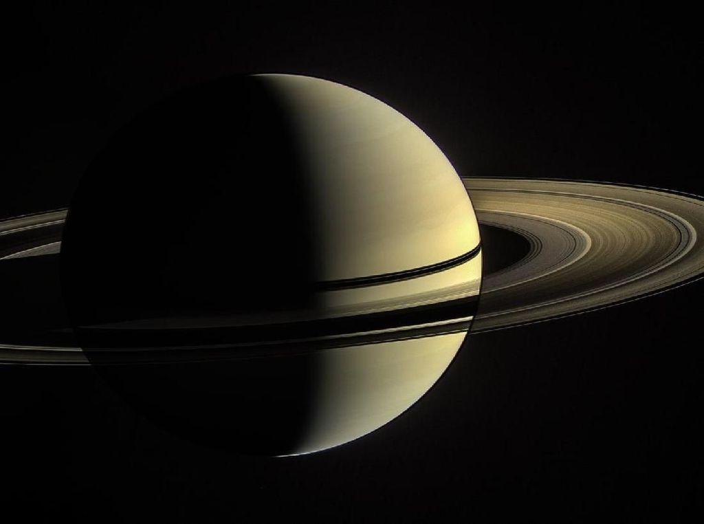 Fakta Unik Saturnus yang Malam Ini Mengintip dari Balik Bulan