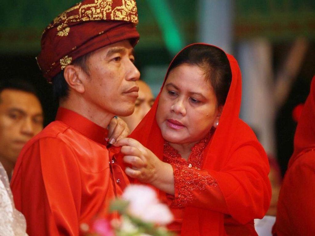 So Sweet... Momen Iriana Rapikan Kerah Baju Jokowi