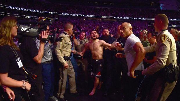 Khabib Nurmagomedov berhasil menaklukkan Conor McGregor lewat kuncian leher.