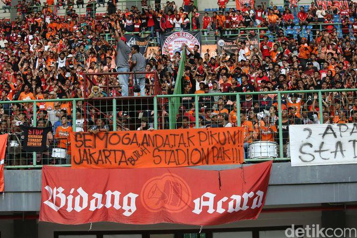 Suporter Persija Jakarta Jakmania menuntut stadion kepada Pemprov DKI. (Foto: Agung Pambudhy)