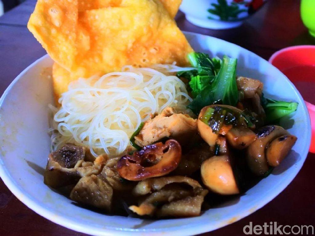 Mencicipi Mie Ayam Jamur Legendaris di Tebet