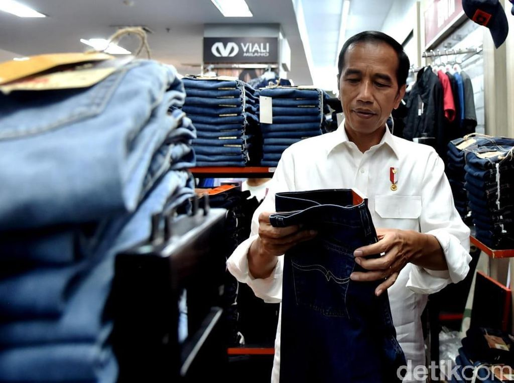 Jokowi Sambangi Mal di Padang, Beli Celana