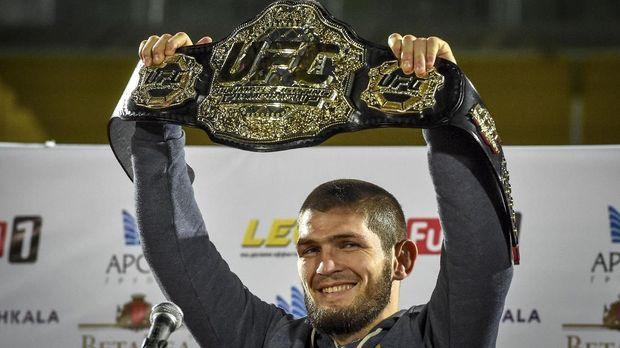 Khabib Nurmagomedov berhasil mempertahankan gelar juara dalam duel lawan Conor McGregor.