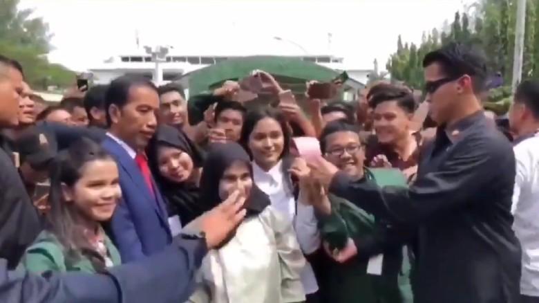 Viral Paspampres Larang Pose 2 Jari di Depan Jokowi, Ini Alasannya
