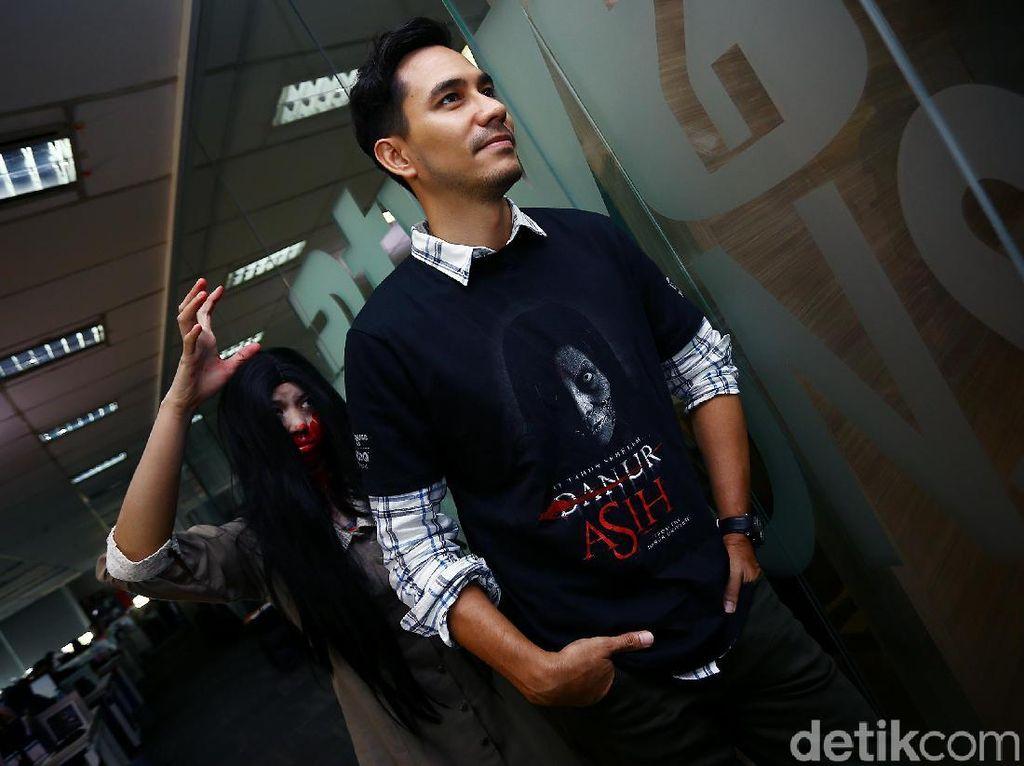 Tetap Bugar Saat Travelling, Darius Sinathrya Tak Segan Bawa Bar Gym