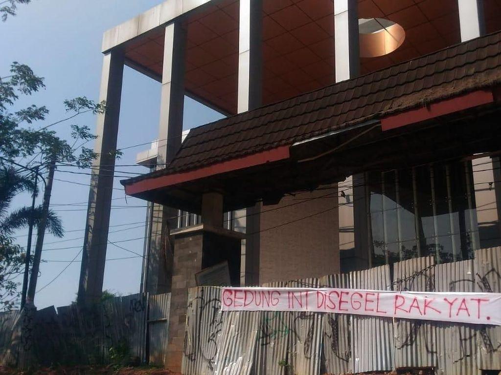 Foto: Aksi Segel Proyek Gedung DPRD Tangsel Rp 200 M yang Mangkrak