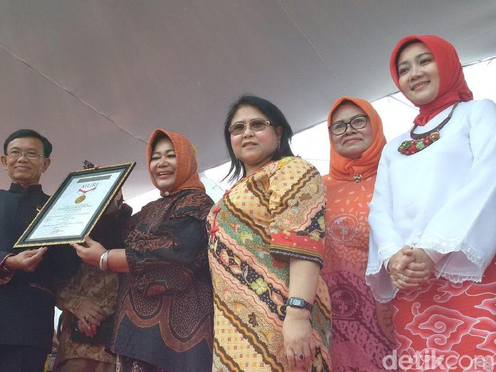 5.000 Emak-Emak Pecahkan Rekor Berbusana Batik Terbanyak