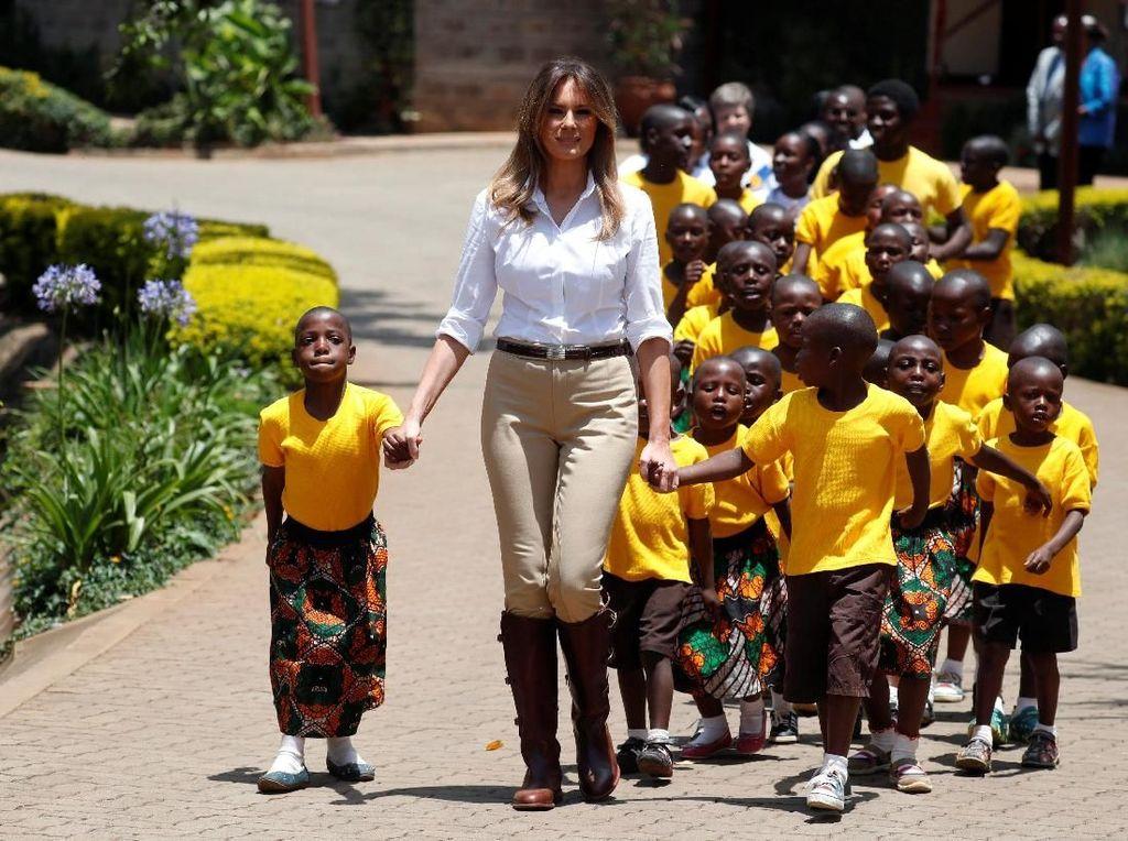 Parade Gaya Melania Trump Tur Solo Perdana ke Afrika, Ada yang Kontroversial