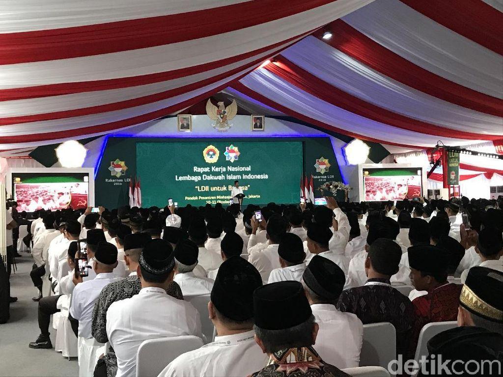 Buka Rakernas LDII, Jokowi Diberi Buku Pedoman Beribadah