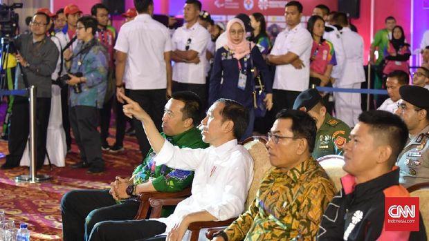 Joko Widodo menyaksikan pertandingan angkat berat di Asian Para Games didampingi Imam Nahrawi, Moeldoko, dan Raja Okto Saptahari.