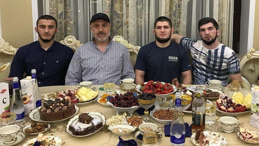 Petarung Khabib Nurmagomedov Ternyata Suka Makan Bareng Teman, Ini Buktinya!