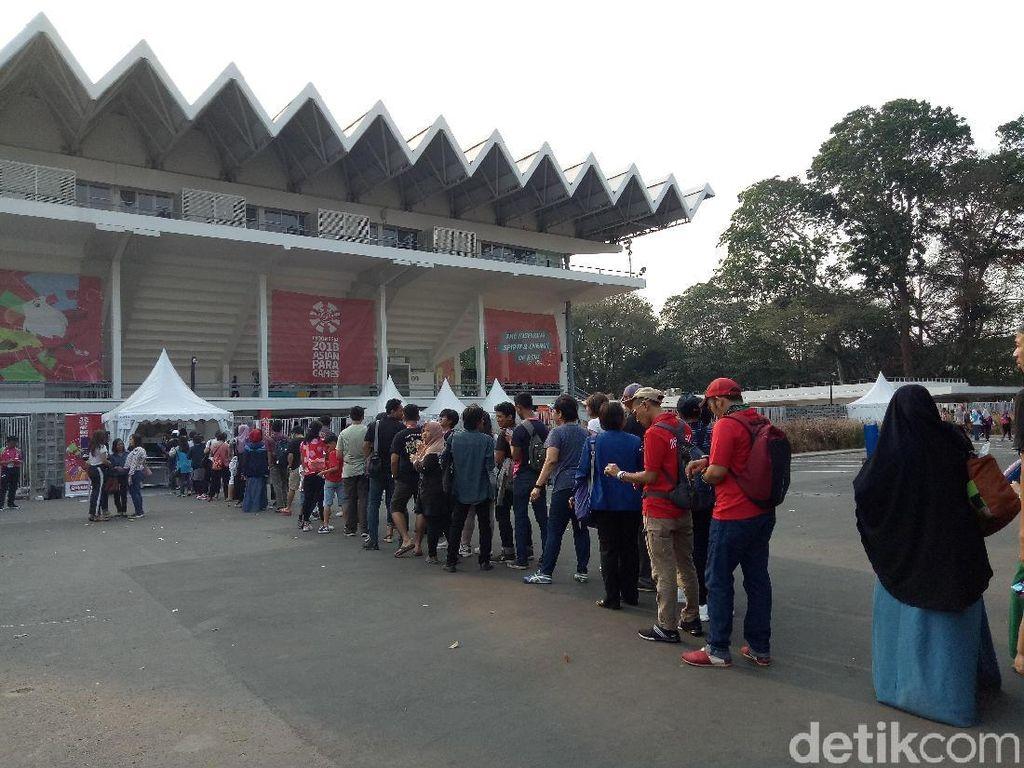 Penonton Rela Antre Dukung Indonesia di Istora