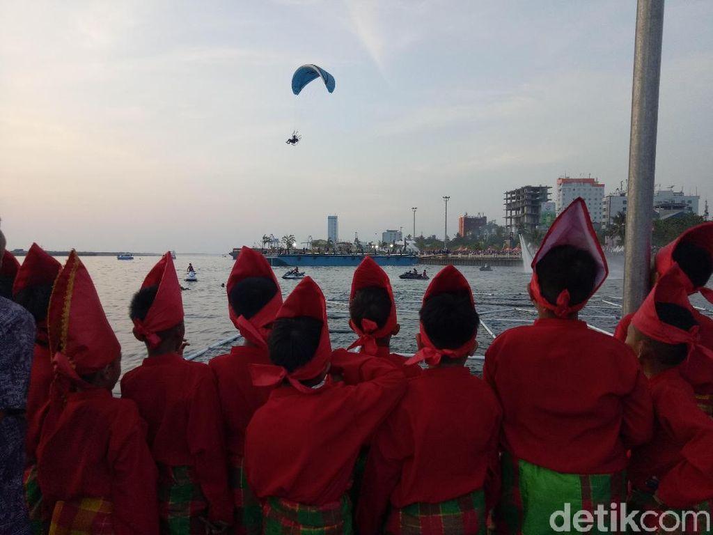 Pertunjukan International Eight Festival di Atas Laut Makassar