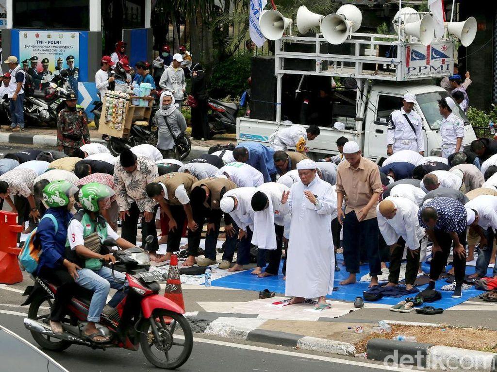Potret Massa Kawal Amien Rais Salat Zuhur di Jl Sudirman