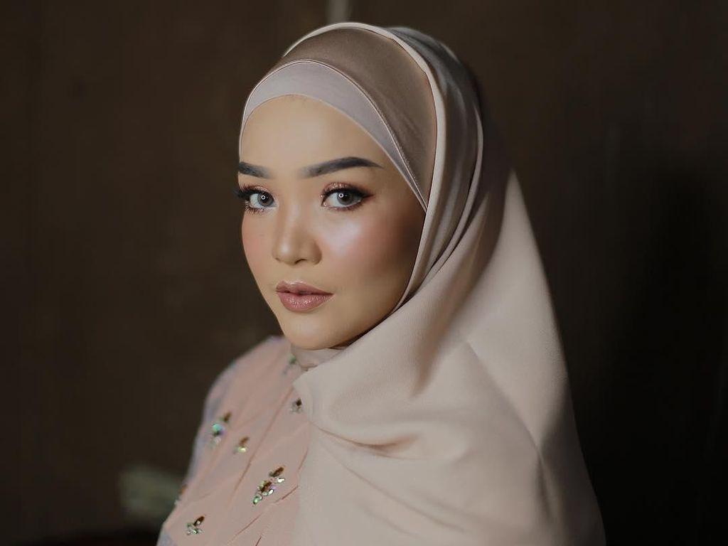 Gaya Hijab untuk Si Pipi Chubby Ala MUA Cantik Hanani Marha
