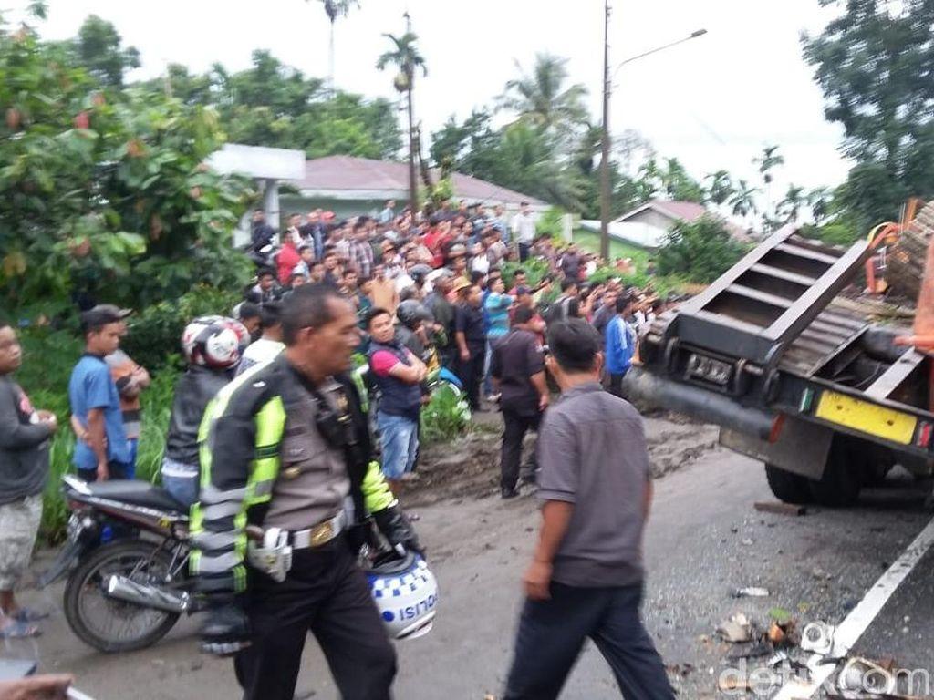 2 Truk Tronton Adu Banteng di Sumut, 3 Orang Tewas