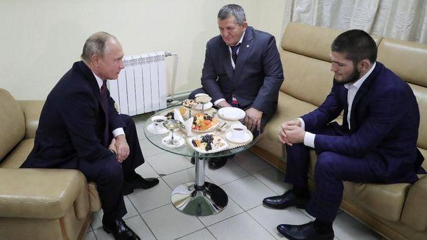 Vladimir Putin mengaku bisa memahami aksi Khabib Nurmagomedov saat menyerang kubu Conor McGregor.