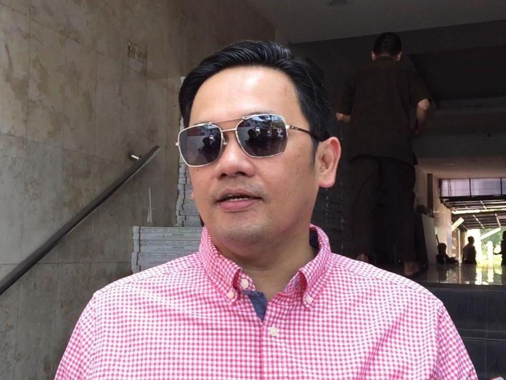 Farhat Abbas Bawa HP Saat Besuk Galih Ginanjar di Rutan, Polisi: Pelanggaran!