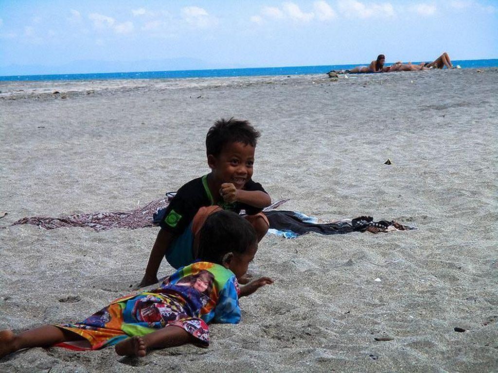 Bahagia Itu Sederhana ala Bocah-bocah di Pantai Setangi Lombok