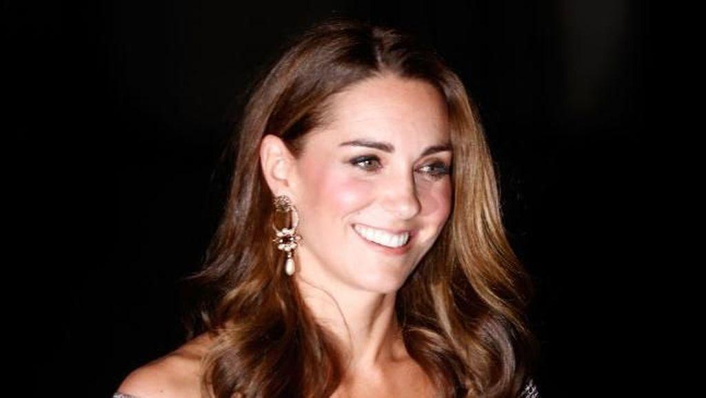 Foto: Gaya Anggun Kate Middleton Bergaun Bahu Terbuka