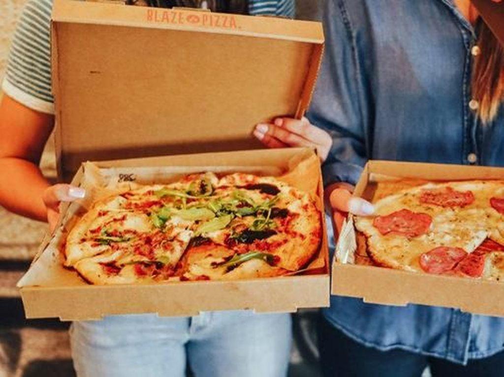 Gerai Pizza Ini Tulis Pesan untuk Gelandangan yang Ambil Makanan di Tempat Sampah