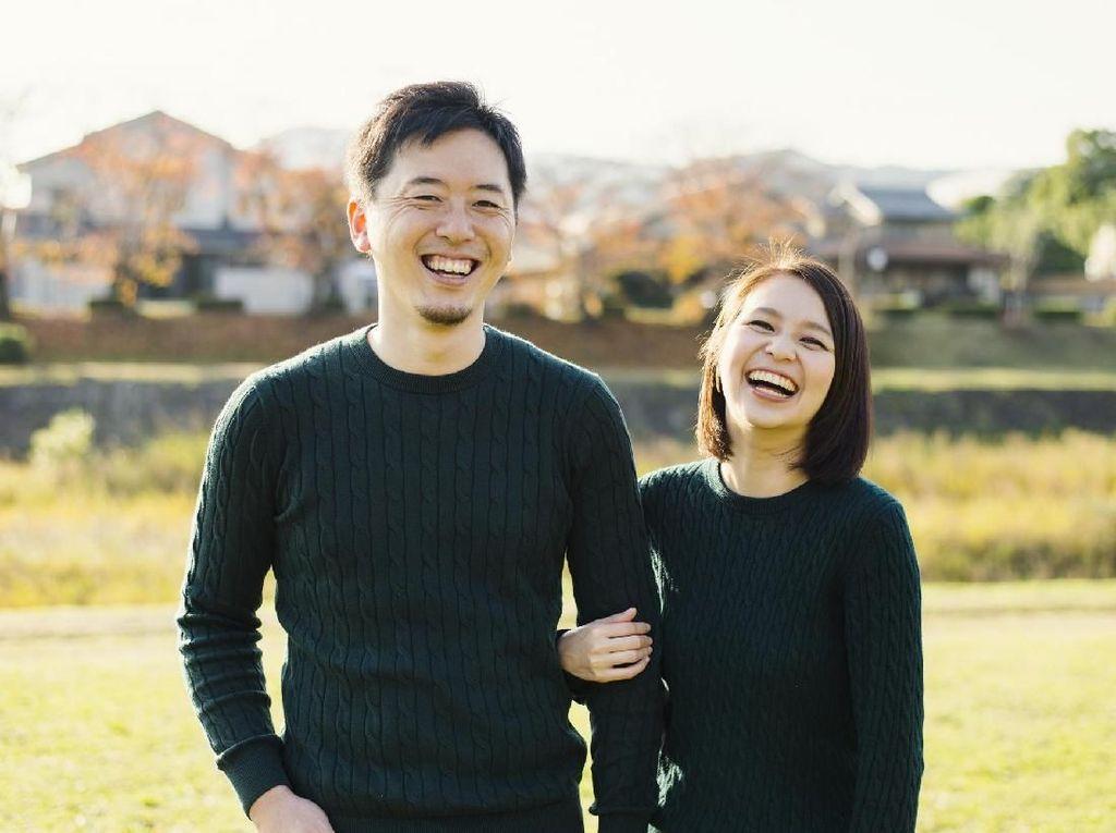Pernah Pakai Baju Milik Pasangan Saat Kangen? Ada Manfaat Sehatnya Lho